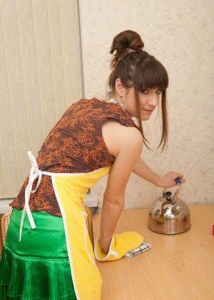 Наташа Китхен так устала готовить, что решила немного развлечься, сняв с себя всю одежду - фото 4