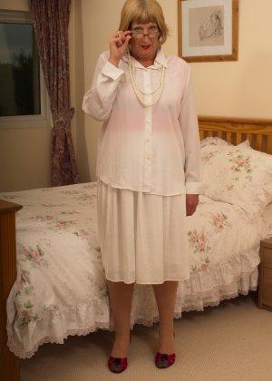 Кокетливой бабуле нравится носить эротическое белье под своим скромным нарядом - фото 4