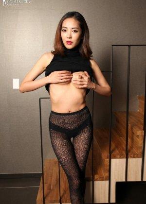 Азиатка постепенно освобождается от одежды и остается совсем обнажена, показывая стройное тело - фото 39