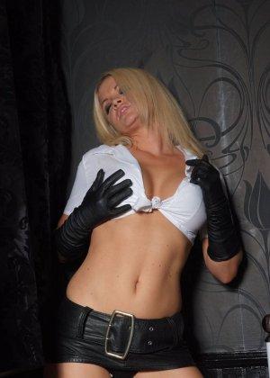 Эротичная блондинка в белой блузке и черных перчатках умело демонстрирует свое красивое тело - фото 5