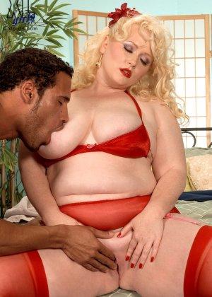 Жирная блондинка с удовольствием насаживается на член и трахается, как будто это последний секс - фото 5