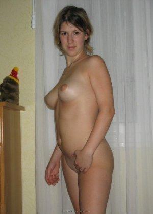 Развратная дамочка охотно участвует в эротической фотосессии - фото 4