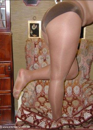 Миа Зиммер показывает свою грудь, но низ она не снимает, оставаясь в колготках и трусах - фото 49