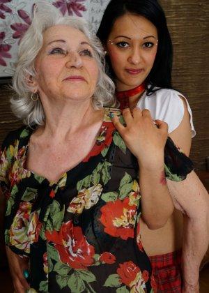 Горячая брюнетка нашла пожилую любовницу, которая просто мастерски делает куни - фото 4