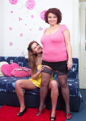 Молодая худенькая девушка решается на лесбийские игры с пышной дамочкой в зрелом возрасте - фото 4