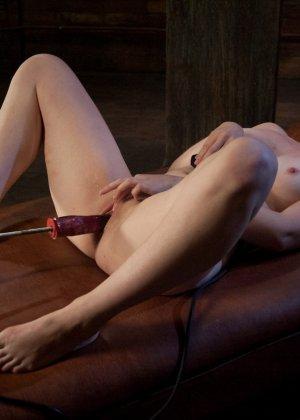 Муж подарил жене вечерний сеанс в закрытом клубе, где она смогла вдоволь потрахаться с секс машиной - фото 13