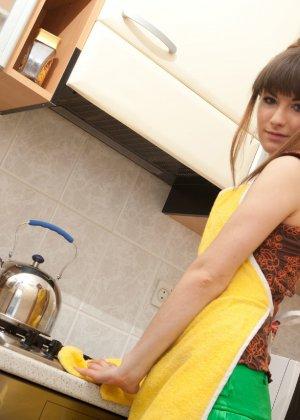 Наташа Китхен так устала готовить, что решила немного развлечься, сняв с себя всю одежду - фото 9