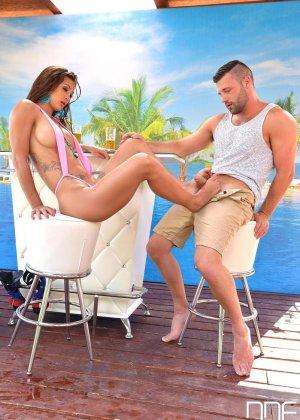 Сюзи Гала соблазняет мужчину и он трахает ее в самых разнообразных позах, наслаждаясь эффектным телом - фото 5