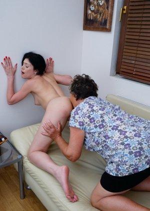 Бабуля лижет попку своей молодой соседке и целует ее груди, ведь она такая симпатичная девушка - фото 16
