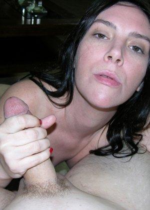 Хорошенькая сосалка принимает на рот, затем подставляет сраку, чтобы любовник туда кончил - фото 8