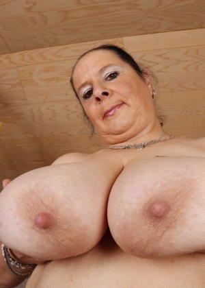 Огромные буфера этой зрелой женщины поразят кого угодно, тем более, когда их можно разглядеть так близко - фото 16
