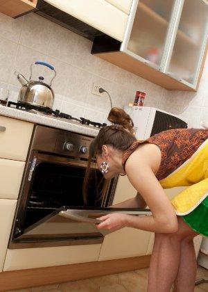 Наташа Китхен так устала готовить, что решила немного развлечься, сняв с себя всю одежду - фото 48