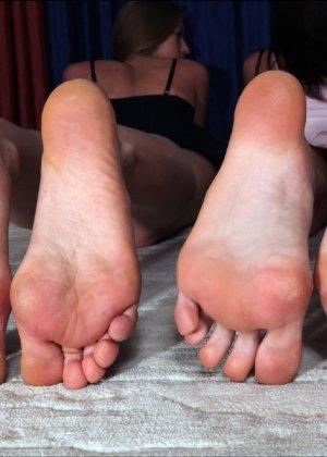Девушки развлекаются, как могут, при этом обнажаясь перед камерой и показывая нежные стопочки - фото 39