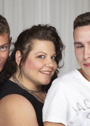 Толстая женщина оказывается в компании двух красивых молодых людей, которые проявляют интерес к ее телу - фото 9