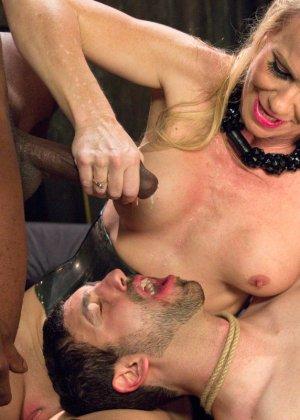 Симона Совей накрасила своему мужу губы помадой и заставила его сосать у другого парня - фото 17