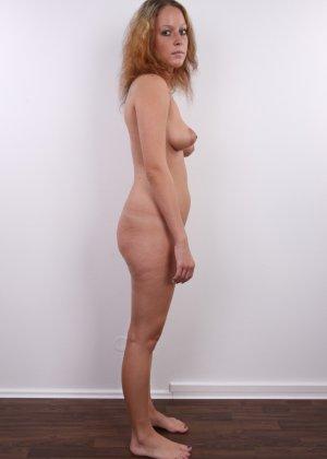 Сероглазая девчонка с гибкой талией позволяет снять на камеру все, даже голенькую киску - фото 13