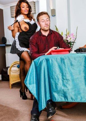 Кики Минай умеет хорошо отсасывать, принимать в пизду и дает обкончать себя густой спермой - фото 2