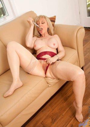 У зрелой блонды имеется специальная игрушка для стимуляции заветной точки внутри вагины - фото 9