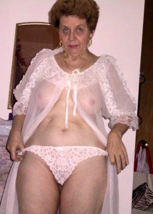 Пожилая женщина имеет еще приличные буфера и бритую киску, готовую к траху в любой момент - фото 3