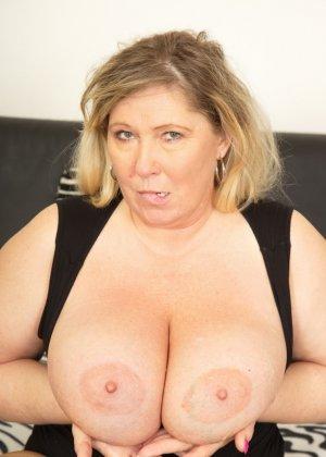 Зрелая женщина очень радуется вниманию двух молодых людей и показывает им свою огромную грудь - фото 16