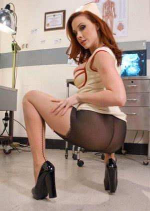 Медсестра проводит анальные процедуры пациентке, которая захотела растянуть свой анус - фото 3