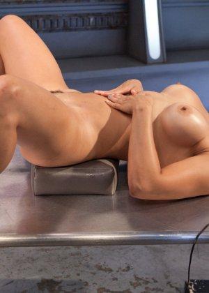 Великолепная азиатка Миа Ли раздвигает ноги для траха с секс машиной - фото 17