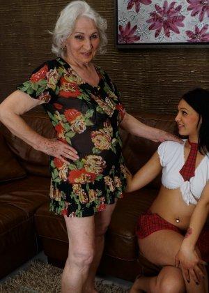 Горячая брюнетка нашла пожилую любовницу, которая просто мастерски делает куни - фото 6