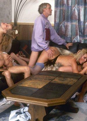 Ретро снимки, на которых две блондинки ублажают трех самцов, стараясь каждому доставить удовольствие - фото 7