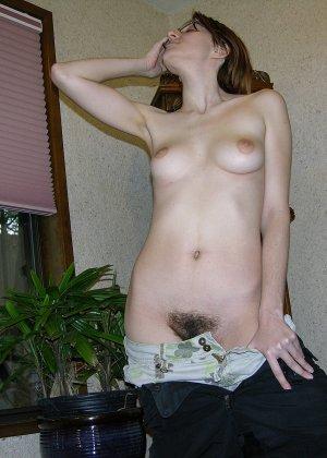 У очкастой телочки классные волосатые дырки, она показывает их и идет принимать ванну - фото 4