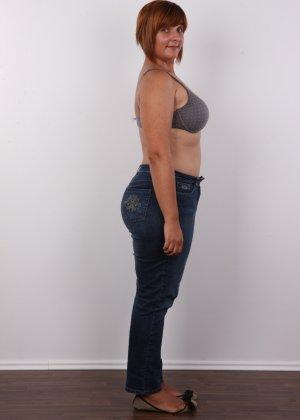 Полненькая задница зрелой телки и ее бритая киска с тонкими половыми губами - фото 4