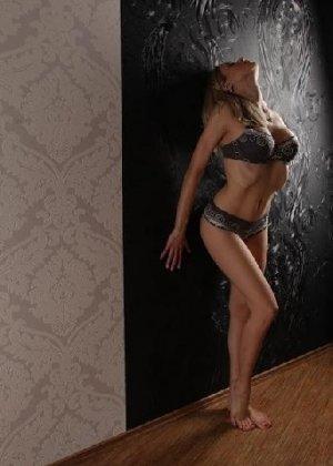 Милая блондинка знает, какую позу надо принять, чтобы выглядеть сексуально и возбудить мужчину - фото 22