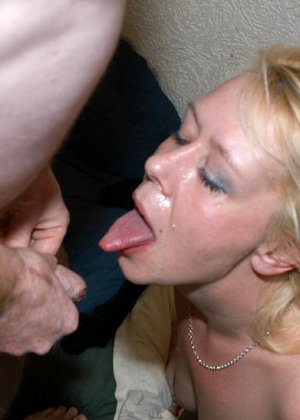 Все смотрим, как опытные телки принимают на рот у мужиков, которые по очереди подходят и суют свой член - фото 15