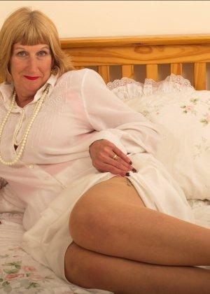 Кокетливой бабуле нравится носить эротическое белье под своим скромным нарядом - фото 6