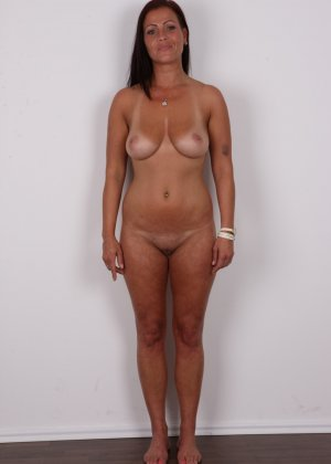 Зрелая девушка показала на кастинге шикарное загорелое тело и классные натуральные дойки - фото 10