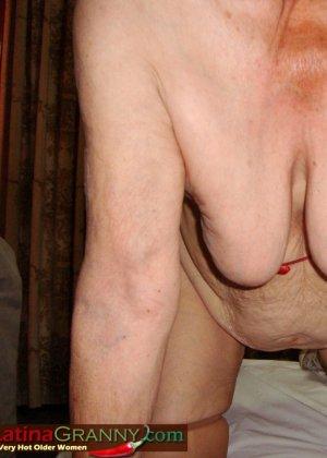 Пожилая Омма Пасс позирует обнаженной в душе - фото 16