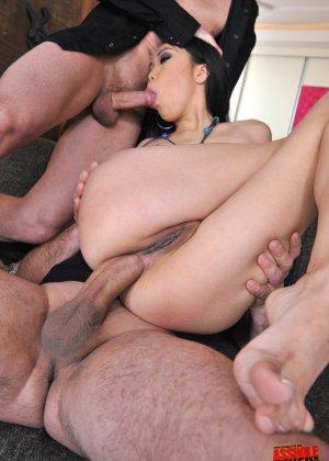 Йики отдается двум мужикам, подставляя глубокую глотку, влагалище и анус - фото 69- фото 69- фото 69