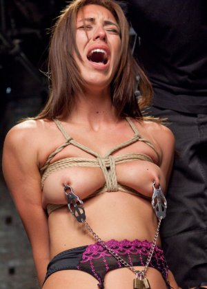 Связанную девушку жестко имеют, а она не может сопротивляться и принимает любое обращение - фото 14