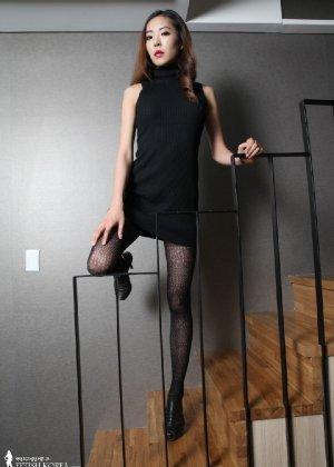 Азиатка постепенно освобождается от одежды и остается совсем обнажена, показывая стройное тело - фото 3