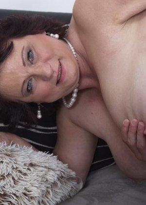 Зрелая женщина разрешает себя облапать молодому человеку и проявляет интерес к его члену - фото 13