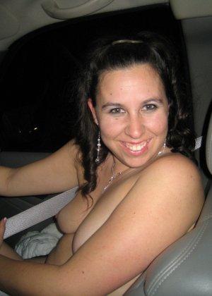 Девушки не стесняются ехать за рулем и на пассажирском сиденье с голой грудью – им есть, что показать - фото 2
