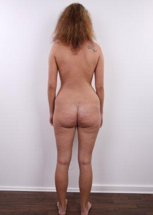 Сероглазая девчонка с гибкой талией позволяет снять на камеру все, даже голенькую киску - фото 14