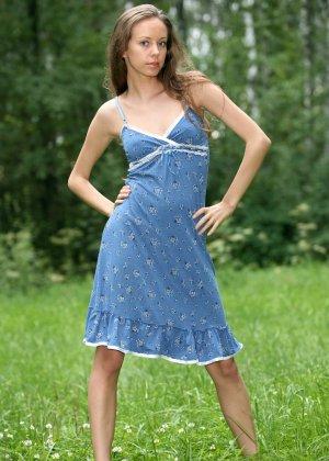 Горячая фотосессия молодой красотки, которая только дразнит собой, приподнимая платье, но не раздеваясь - фото 5