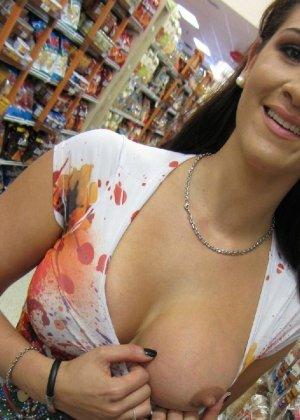 Девушки словно дразнят собой – они показывают одну грудь, а вторую специально оставляют закрытой - фото 1