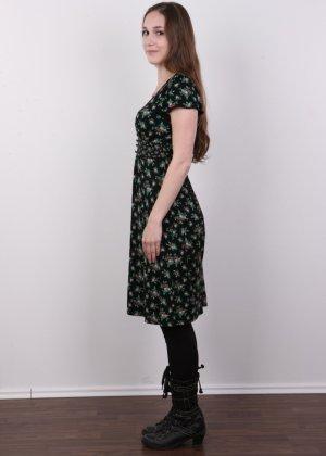 Без теплых колгот и скромного закрытого платья эта девушка сразу превращается в сексуальную красотку - фото 4