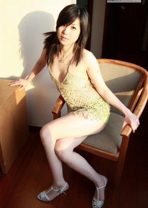 Кореянка специально для фетишистов разрывает на себе колготки и дразнит обнаженными частями тела - фото 43