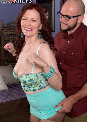 Катерина Мерлот позволяет молодому мужчине поставить себя раком и снять колготки с трусиками - фото 3