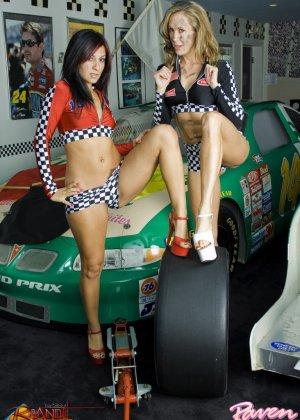Брэнди Лав и Рэйвен Рили позируют на фоне красивой машины, а затем показывают красивые лесби-ласки - фото 9