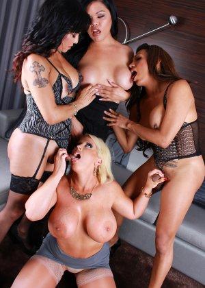 Сисястые телки трахаются с друзьями трансами после вечеринки для любителей экстремального траха - фото 2