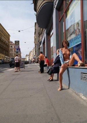 Тина обожает обнажаться на улицах города, в публичных местах, при этом шокируя прохожих своей откровенностью - фото 33