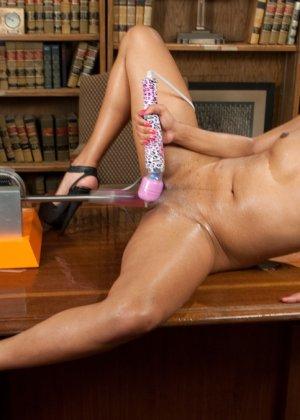 Дейзи доводит себя с помощью разных секс-машин до мощных оргазмов и сквирта - фото 18